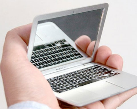 El MacBook Air más pequeño que hay como accesorio de maquillaje