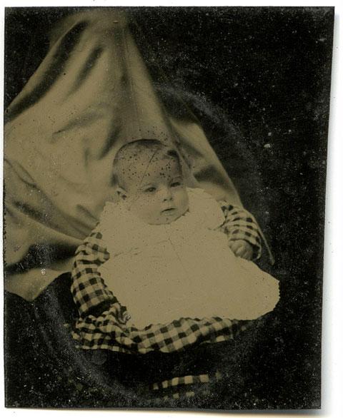 ¿Por qué se cubrían la cara las madres en estas fotos antiguas?