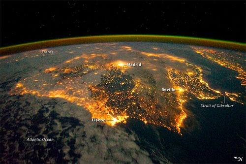 España vista desde el espacio por la noche