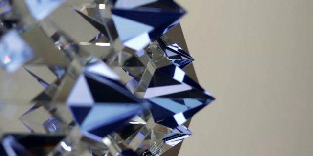 Video arte: Cristales piramidales sobre una pantalla LCD