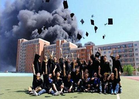 Foto de graduación con la Universidad en llamas