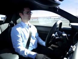 Un coche que se conduce sólo ya es algo del pasado; es mejor conducir sólo… y derrapando