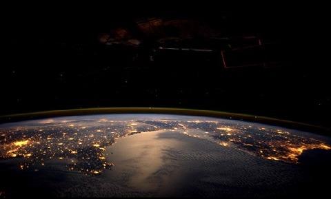 http://www.muyinteresante.es/ciencia/fotos/la-tierra-de-noche-vista-desde-el-espacio