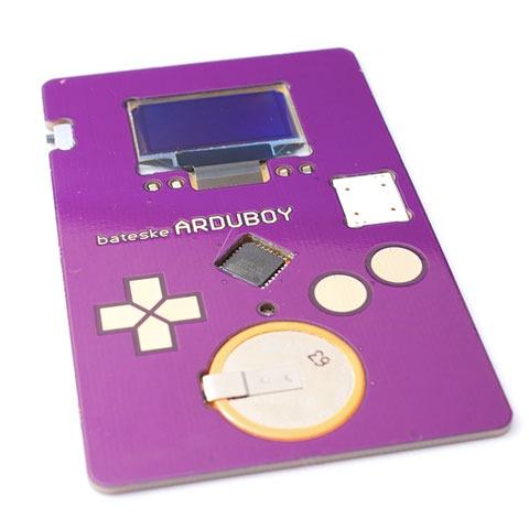 Una tarjeta de visita con pantalla y juego de Tetris incorporado