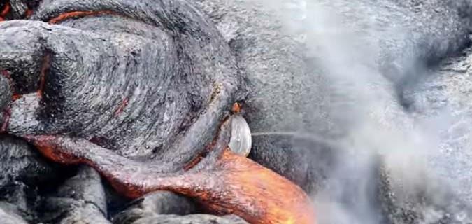¿Qué pasa si echas una lata de Coca-Cola a un volcán? [video]