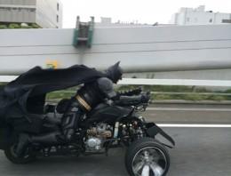 Estos no se creían lo que vieron desde su coche… ¡era Batman!