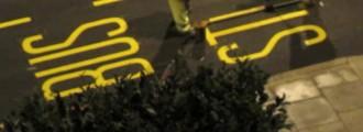 Así se pintan las señales de las carreteras; con mucha pericia