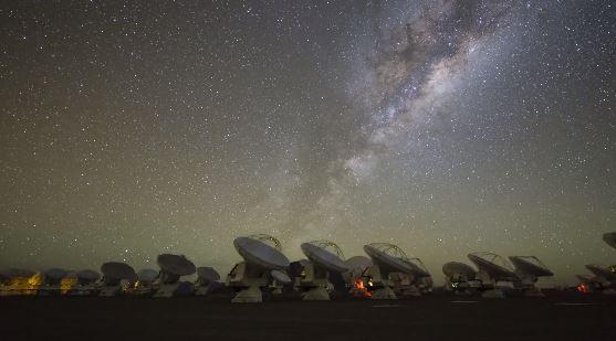 Genial timelapse de los cielos oscuros de Atacama con el ESO de fondo