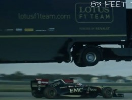 Un camión con trailer volando por encima de un F1, aunque no te lo creas, es de verdad