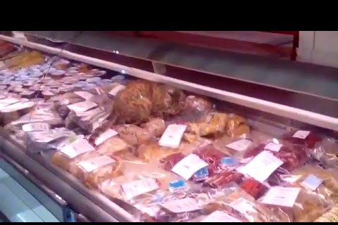 Un gato se cuela en un supermercado, come todo lo que puede [vídeo]
