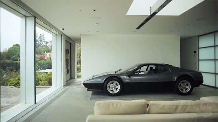 Casa con un Ferrari 512 BBi en el salón