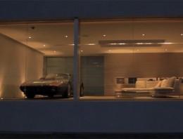 Una casa hecha para admirar un Ferrari 512 BBi en el salón