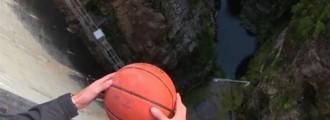 Este balón de baloncesto tirado desde 126 metros de altura hace algo muy loco