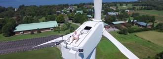 Tomando el sol en un aerogenerador a 60 m de altura [WTF]