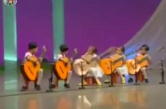 Inquietante interpretación de niños norcoreanos tocando la guitarra