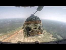 Esto es lo que pasa cuando tiras un Humvee desde un Avión y le falla el paracaídas