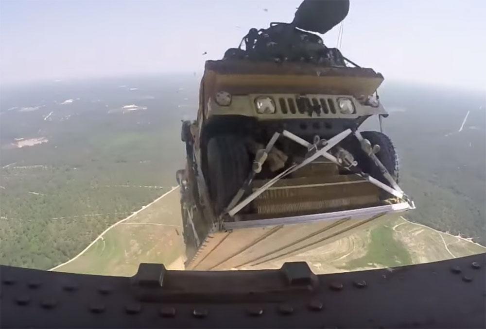Tirando un Humvee desde un C-17