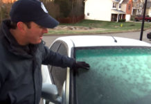 Quitando el hielo de un parabrisas