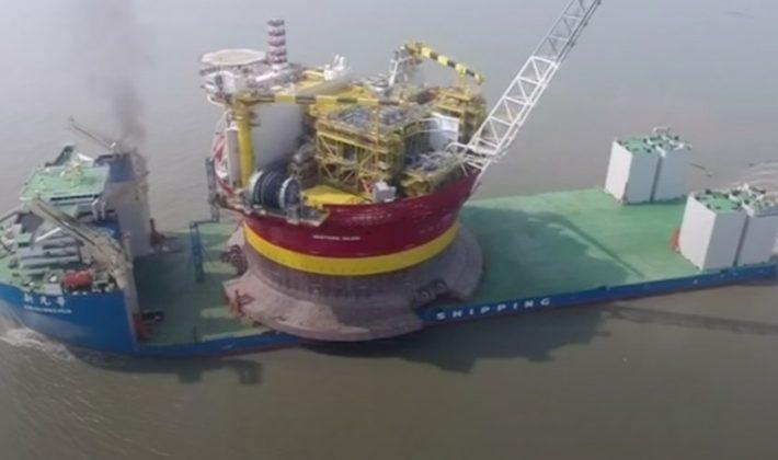 Así se traslada una plataforma petrolífera de 31.000 toneladas al otro lado del mundo