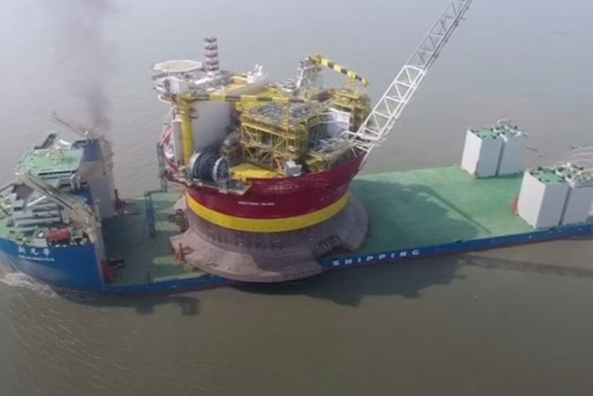 Transportando una plataforma petrolífera