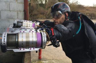 Un inglés se convierte en el primer Iron Man real al volar con reactores jet en miniatura en sus brazos y espalda