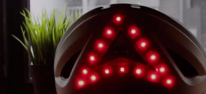 Este casco para ciclistas tiene luces de freno e intermitentes
