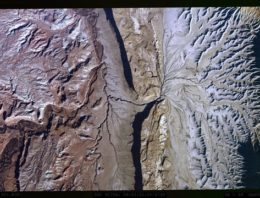 Alucina con el aspecto de las montañas grabadas a 8K desde la panza de un Avión